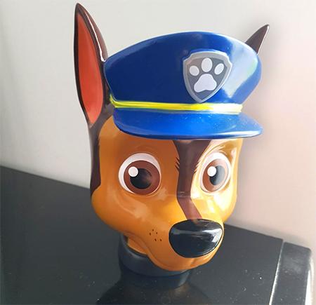 tirelire chase avec casquette de policier