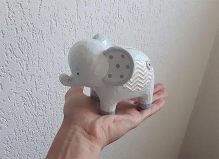 éléphant posé sur une main
